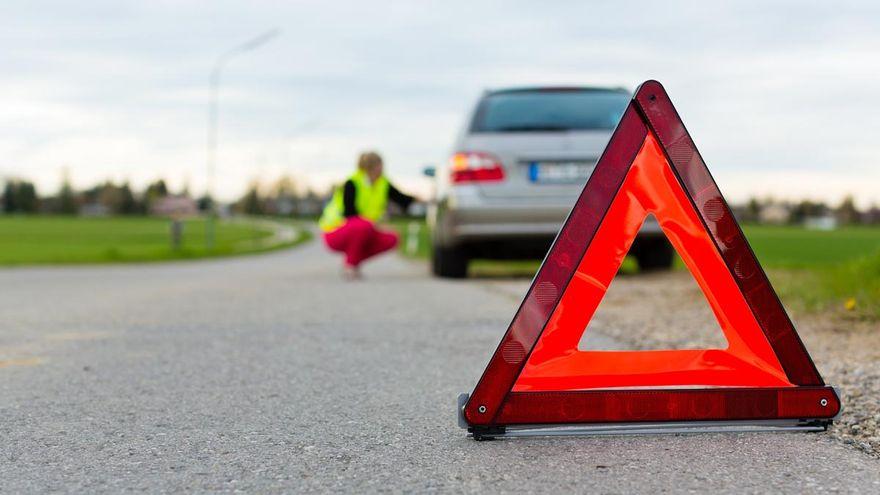 adios-a-los-triangulos-de-emergencia-asi-es-la-luz-inteligente-que-la-dgt-exigira-a-tu-coche-luz-v16-obligatoria